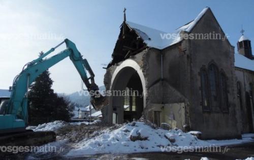 le-procede-de-demolition-semble-s-etre-attarde-sur-la-premiere-croix.jpg